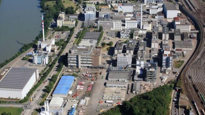 An der Rheinstrasse in Schweizerhalle kam es beim Transport von Kanistern zu einem Feuer mit starker Rauchentwicklung.