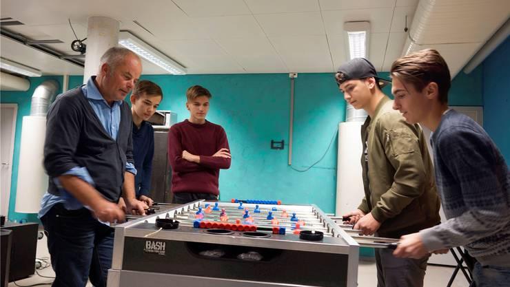 Jugendarbeiter Andreas Tiersbier (links) mit Jugendlichen im Jugendraum Bellach.