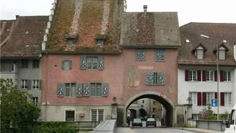 Das historische Stadthaus mit dem Torbogen.