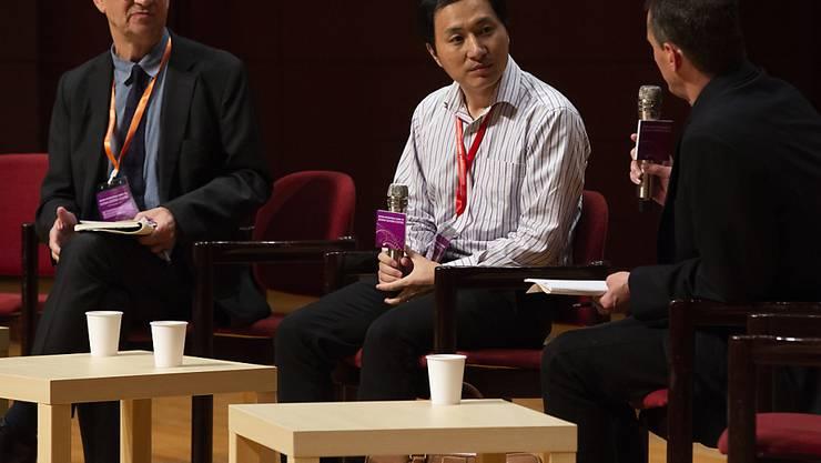 In Hongkong stellte sich Forscher He Jiankui an einem Kongress den Fragen zu seinen Versuchen der Genmanipulation an Babys.