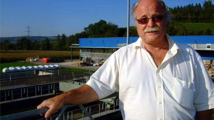 Renato Sinelli vor der Abwasserreinigungsanlage in Ehrendingen. dpo