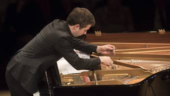 Der französische Pianist Bertrand Chamayou am letzten Sonntag am Piano-Festival an einem für Werke von John Cage präparierten Flügel.