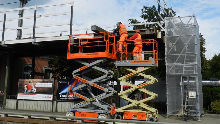 Handwerker führen Schweissarbeiten am Bahnhofperron 1 aus.