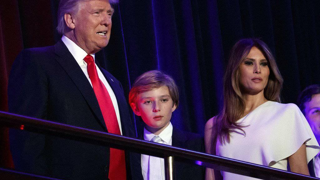 Donald Trump reist im nächsten Jahre vorderhand allein nach Washington und lässt seine Frau Melania (rechts) und Sohn Barron (Mitte) in New York zurück (Archiv)