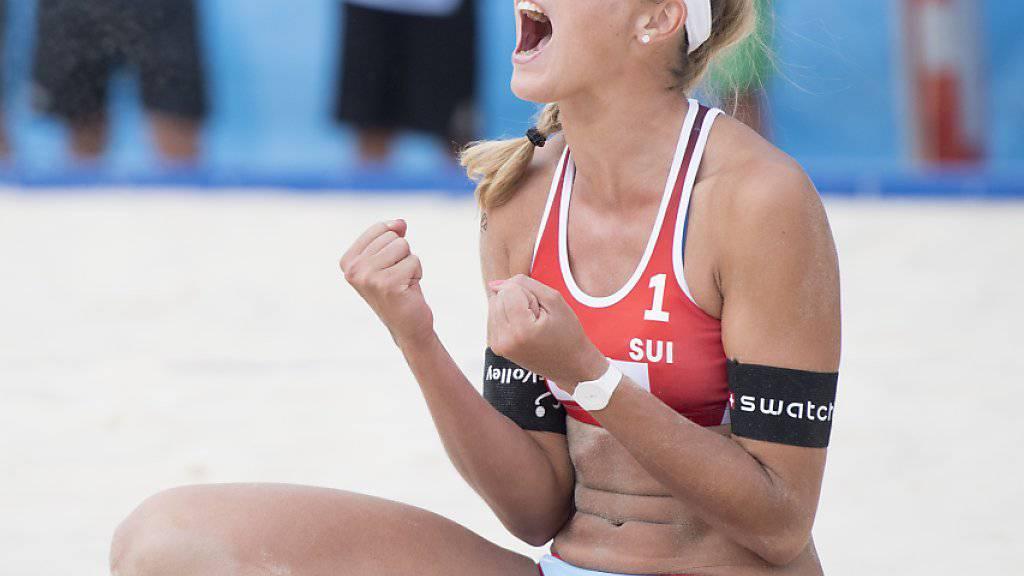 Beachvolleyballerin Anouk Vergé-Dépré schreit ihre Freude nach dem gewonnenen Viertelfinal in den Himmel von Gstaad hinaus