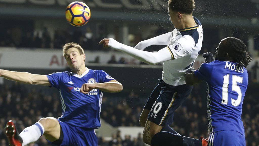 Tottenhams Dele Alli (Mitte) trifft per Kopf zu einem seiner Tore gegen Leader Chelsea