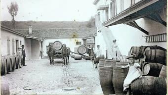 Er importierte Malaga-Wein: Weinhändler Alfred Zweifel (mit Hund) und Frau Bertha, davor Tochter Miranda.