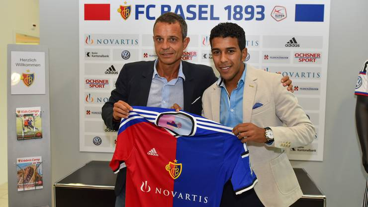 FCB-Präsident Bernhard Heusler mit dem neuen FCB-Spieler Ahmed Hamoudi.