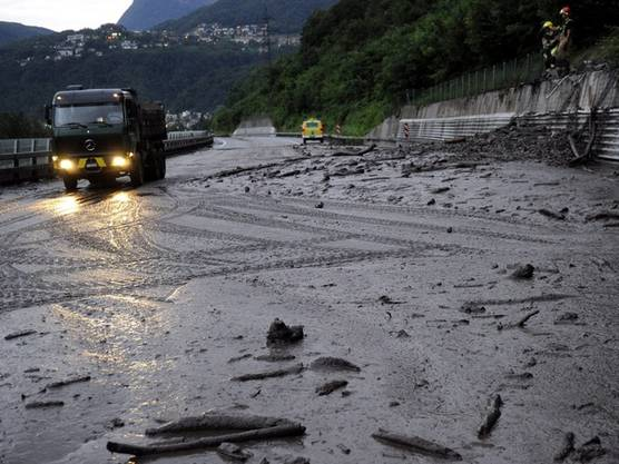 Schlamm bedeckt nach einem heftigen Gewitter die Strasse