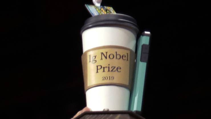 ARCHIV - Der Ig-Nobelpreis wird bei der Verleihung der «Ig-Nobelpreise» an der Harvard Universität ausgestellt. Foto: Elise Amendola/AP/dpa