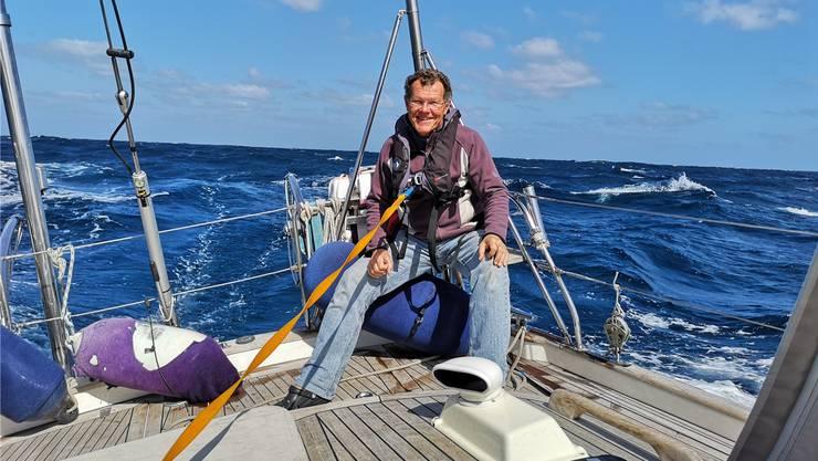 Gut gesichert sitzt Köbi Brem während der Atlantiküberquerung auf der Segeljacht «Lupina».