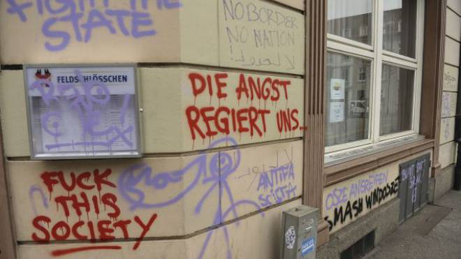 Vorgeschmack auf den OSZE-Gipfel: Parolen der Demonstration vom vergangenen Wochenende beim Basler Erasmusplatz. Foto: Martin Töngi