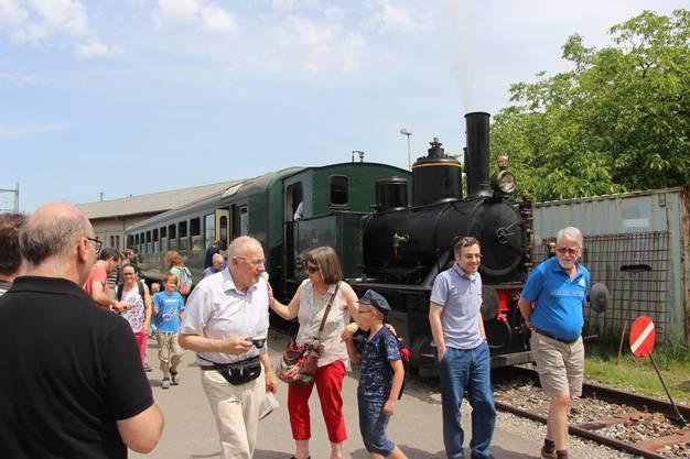 Der Shuttlezug bringt weitere Gäste vom Bahnhof Brugg in den Bahnpark.