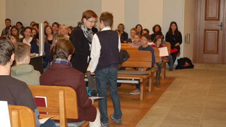 Stadträtin Ruth Müri überreicht die Zertifikate an die erfolgreichen Musikschüler.