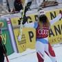Super-G-Siegerin Ester Ledecka applaudiert Corinne Suter, die in Val d'Isère nach allen drei Rennen auf dem Podest stand