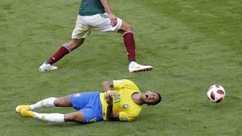 Neymar wälzt sich gegen Mexiko am Boden, als wäre er lebensgefährlich verletzt.