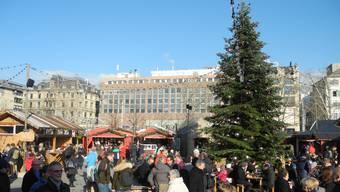 Die Zürcher Weihnachtsmärkte waren gestern trotz des Attentats am Vorabend in Strassburg gut besucht.