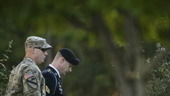 Bergdahl (r.) verlässt als freier Mann das Militärgericht in Fort Bragg: Er hatte sich der Fahnenflucht und des Fehlverhaltens vor dem Feind für schuldig bekannt.