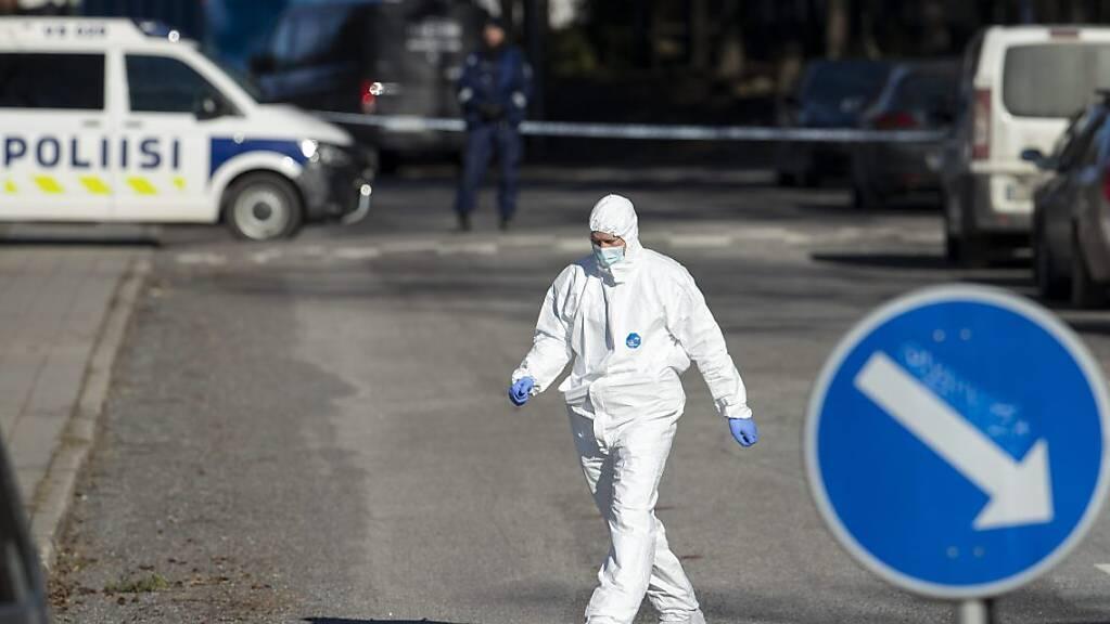 Ein Ermittler in Schutzkleidung in der Nähe des Tatorts in Turku.