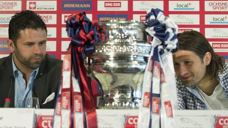 2013 bei GC: Uli Forte und Veroljub Salatic beäugen die Cup-Trophäe an einer Pressekonferenz vor dem Spiel.