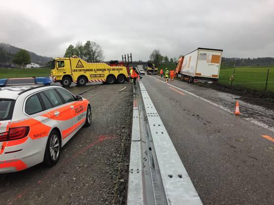 Am Mittwochmorgen ist ein Sattelschlepper auf der Autobahn A1 in Fahrtrichtung St.Gallen von der Strasse abgekommen. Es entstand Sachschaden von rund 10'000 Franken.