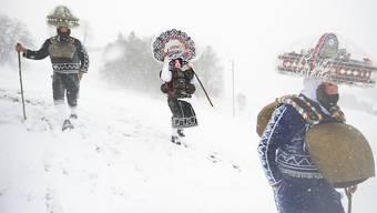 """Der Chlausenschuppel """"Öse Schuppel"""" ist im Schneetreiben in Waldstatt unterwegs."""