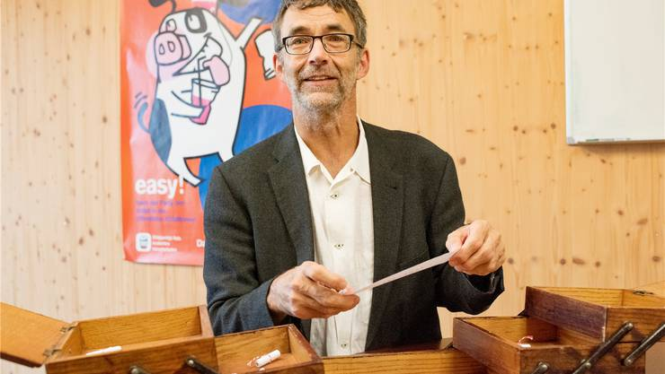 Stadtreinigungs-Chef Dominik Egli (60) hat den Begriff Jahreszeiten aus dem Nähkästchen gezogen. Im Hintergrund die Kampagnensau «Schweini».