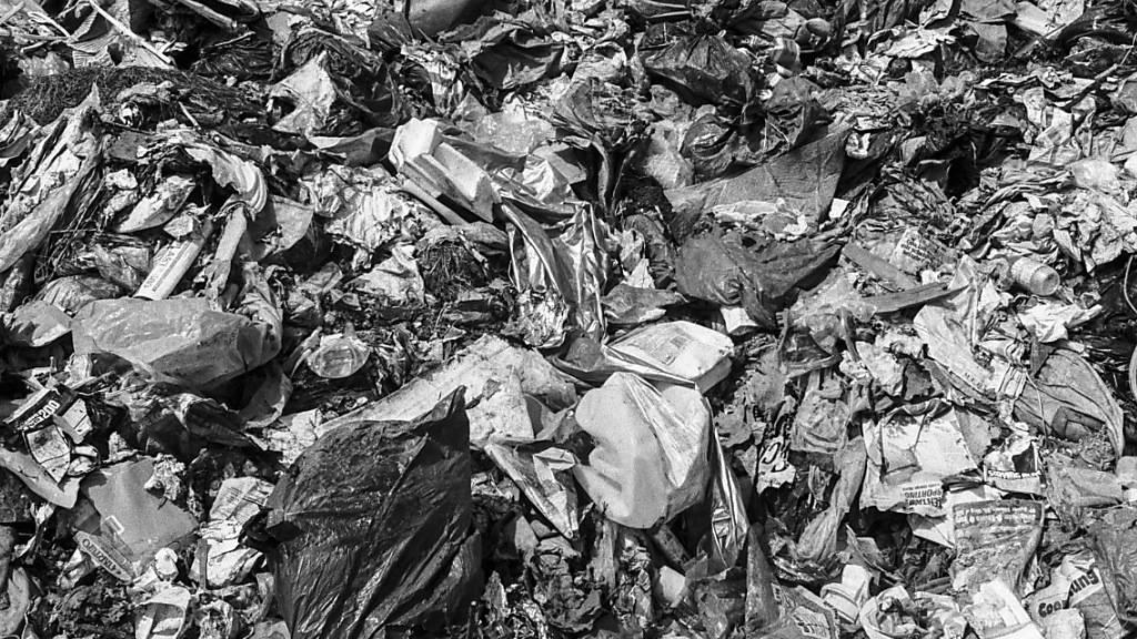 Archivaufnahme einer Schweizer Abfalldeponie: Die Luzerner Gemeinde Buttisholz muss ihre ehemalige Müllhalde sanieren.