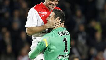 Jérémy Toulalan (l.) feiert mit seinem Goalie Danijel Subasic