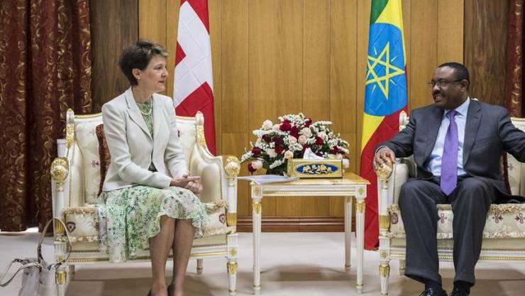 Justizminister Simonetta Sommaruga (hier mit Präsident Mulatu Teshome) reiste im Jahr 2015 nach Äthiopien, um die Zusammenarbeit mit dem Land zu vertiefen. Besprochen wurden auch Migrationsfragen. (Archivbild)
