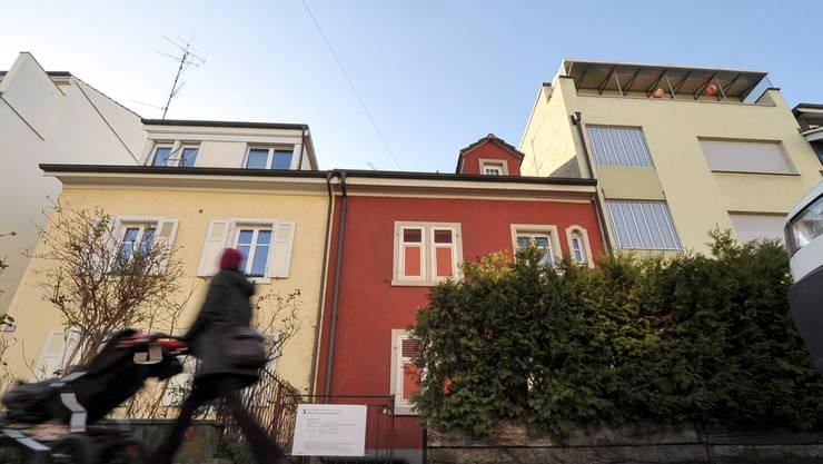 Die Fassade des Einfamilienhauses an der Hegenheimerstrasse 111 ist nicht zufällig rot gestrichen: Es ist ein Rotlicht-Betrieb.