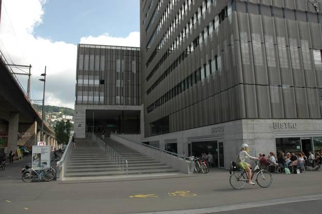 Toni Areal, Sitz der Zürcher Hochschule der Künste (ZHdK), wo es zu politischen Sprays mit Bezug zu Hongkong kam. Es waren Parolen gegen die Polizei, aber auch gegen die Proteste angebracht worden. Die Hochschule enfernte sie schnell.