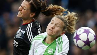 Wolfsburgs Josephine Henning im Zweikampf mit Lyons Lotta Schelin