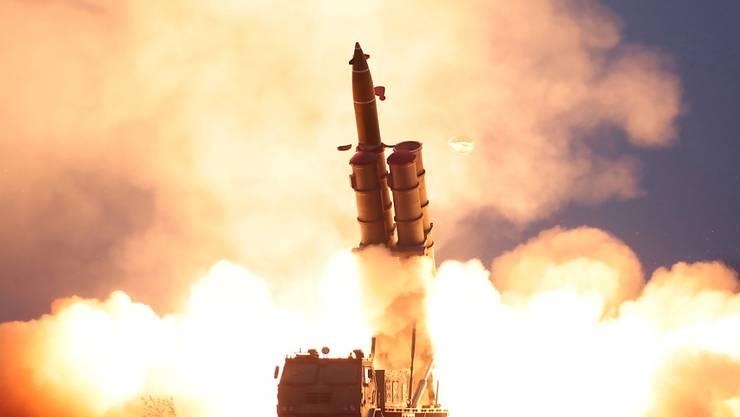 Nordkorea hat erneut einen Multi-Raketenwerfer getestet. Zwei Projektile wurden Richtung Japanisches Meer abgeschossen. ( Foto der nordkoreanischen Nachrichtenagentur KCNA via EPA Keystone)