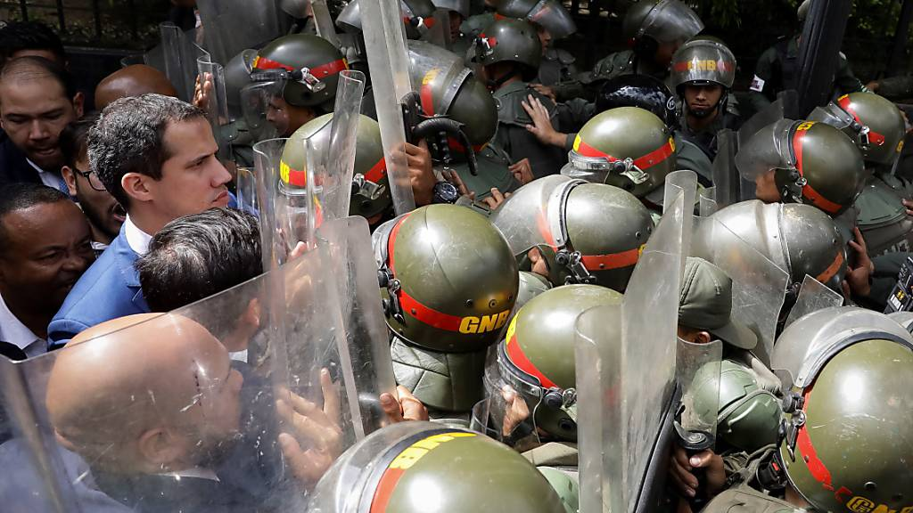 Sicherheitskräfte riegelten das Parlamentsgebäude ab und liessen etwa Juan Guaidó (links) und weitere Politiker Venezuelas am Sonntag (Ortszeit) nicht hinein.