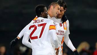Burak Yilmaz (m.) dreifacher Torschütze für Galatasaray.