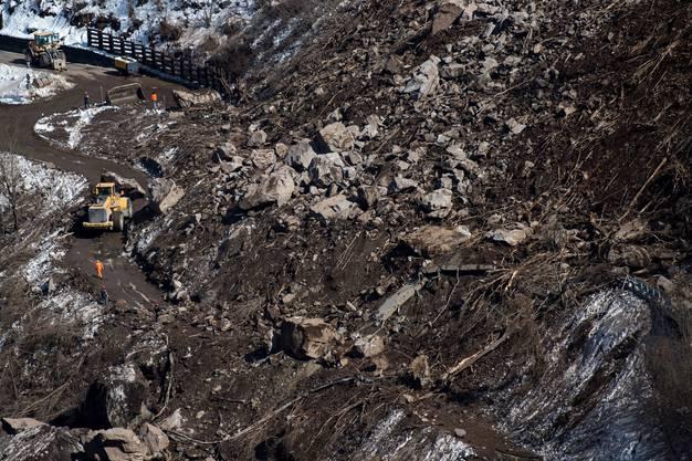 Drei Personen aus einem Wohnhaus unterhalb des Felsabbruchs mussten evakuiert werden.