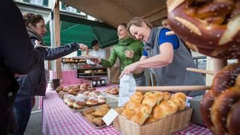 Trotz «Probiererli» von Zigerkrapfen, der Berliner ist am meisten gefragt. Verkäuferin Christine Gloor (r.) und Bäckermeister Max Hächler freuts.