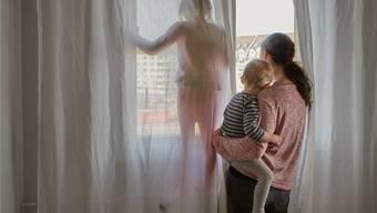 Wer seine Kinder selber zu Hause betreut, soll bei den Steuern mehr abziehen können.key
