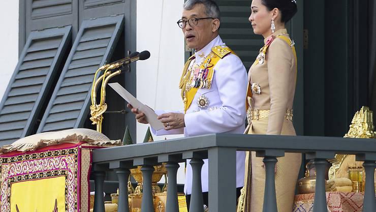 Thailands König Maha Vajiralongkorn bedankte sich am Montag in Bangkok vom Balkon des Grossen Palastes aus beim Volk für die vielen guten Wünsche. Der 66 Jahre alte Monarch und seine neue Frau, Königin Suthida (40), wurden von mehr als 40'000 Menschen bejubelt.