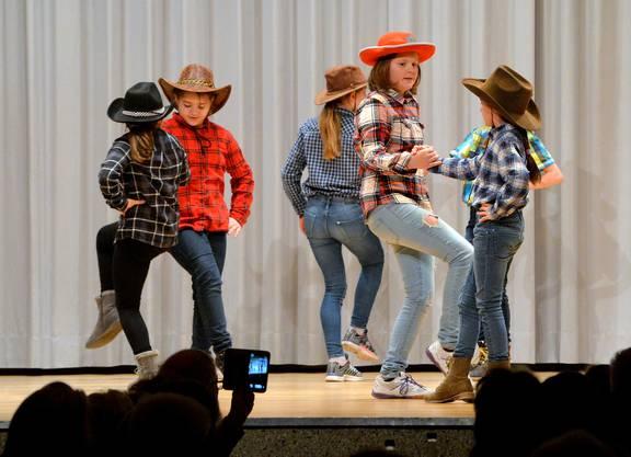 Die Jugendriege des Turnvereins tanzte am Seniorennachmittag.