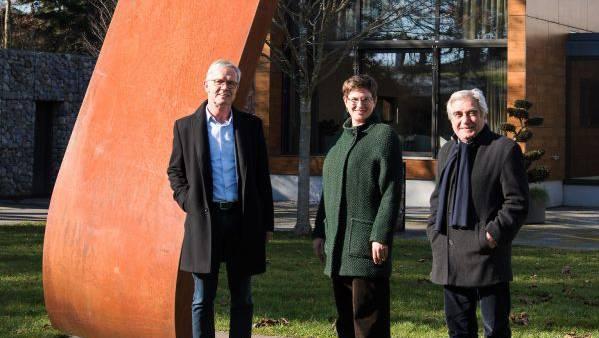 Vor der Skulptur: Thomas Peterhans, Direktor, Cynthia Luginbühl, Kulturbeauftragte, Künstler Behrouz Varghaiyan (von links).