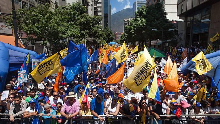 Anti-Maduro-Demonstranten in Caracas: Tausende gingen auf die Strassen, um gegen Venezuelas Präsidenten zu demonstrieren.