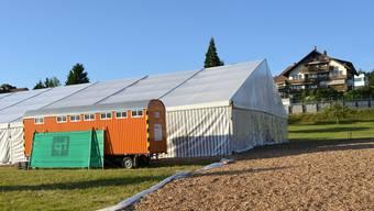 Auf der Andermatt-Wiese, wo das Projekt Wohnen im Alter geplant ist, kündigt ein grosses Festzelt den Aargauischen Musiktag vom nächsten Wochenende in Oberlunkhofen an.
