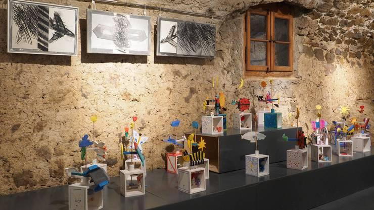 Ausstellung auf Schloss Wartenfels: Das Bild zeigt oben die porträtierten Flugobjekte von Christof Schelbert und unten die zauberhaften Flugobjekte der Lostorfer Klasse 4b.
