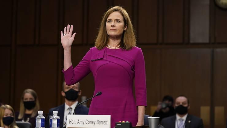 Amy Coney Barrett wird für die Anhörung vor dem Justizausschuss des US-Senats vereidigt. Foto: Patrick Semansky/AP/dpa