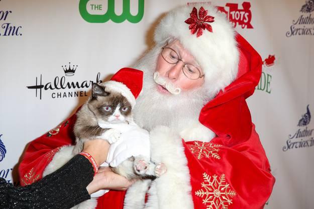 Auch in den Armen von Santa Claus zeigten ihre Mundwinkel streng nach unten.