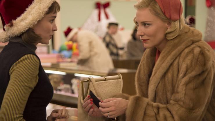 """Rooney Mara (l), Cate Blanchett und ihr gemeinsamer Film """"Carol"""" sind am Sonntag Favoriten im Rennen um die Golden Globes (Archiv)."""