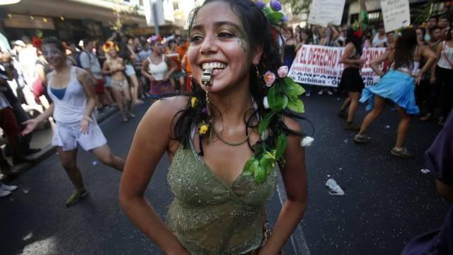 """Ein Frau tanzt am """"Marsch aller Märsche"""" in Santiago"""