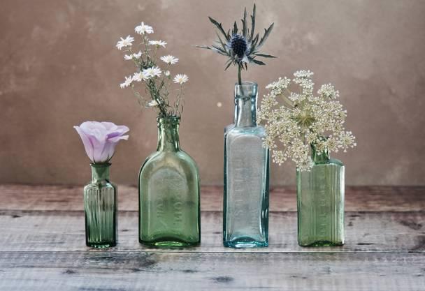 """Sauberkeit und Hygiene verlängern eure Freude an Schnittblumen. Reinigt Blumenvasen jeden 2.Tag und befüllt sie mit frischem Wasser. Mit diesem Trick braucht's auch keine """"Pülverchen"""" und Zusätze. Fragt euren Floristen, ob die gekauften Blumen eine andere Behandlung verlangen, es gibt immer wieder Ausnahmen."""